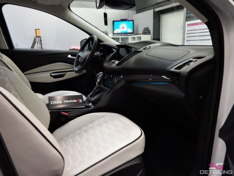 Ford Kuga Vignale skórzane białe fotele auto detailing szczecin